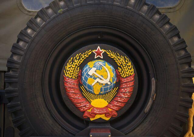 Roda sobresselente com o escudo da União Soviética na exposição de carros retrô, São Petersburgo, Rússia (foto de arquivo)