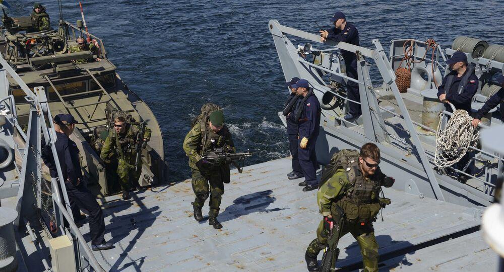 Suecos sobem a bordo de navio de guerra polonês durante os exercícios militares BALTOPS da OTAN