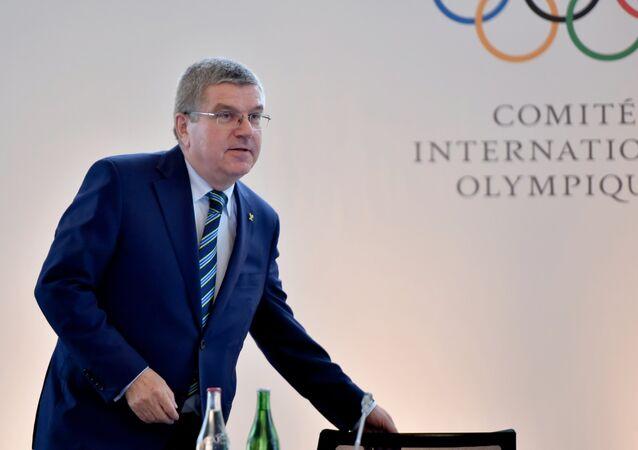 Thomas Bach se senta à mesa antes de pronunciar seu discurso na Cúpula Olímpica em Lausana, em 21 de junho de 2016