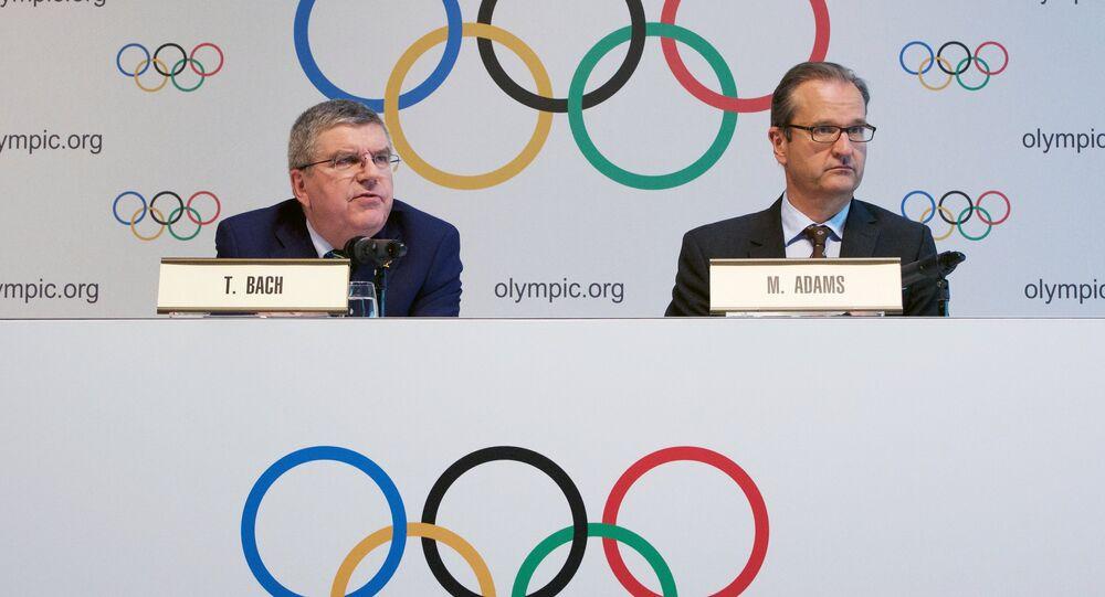 Em 21 de junho de 2016 (data da foto), o presidente do COI, Thomas Bach (esquerda), e o diretor de comunicação do COI, Mark Adams (direita) anunciaram a decisão de não afastar toda a seleção da Rússia dos Jogos Olímpicos no Rio de Janeiro