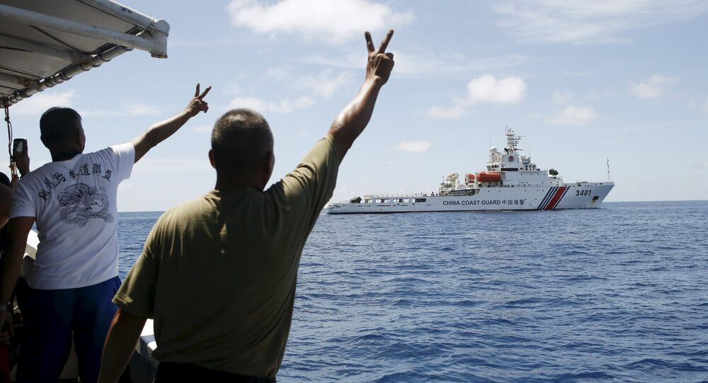 Soldados filipinos apontam em um navio chinês da Guarda Costeira perto das Ilhas Spratly, no mar do Sul da China