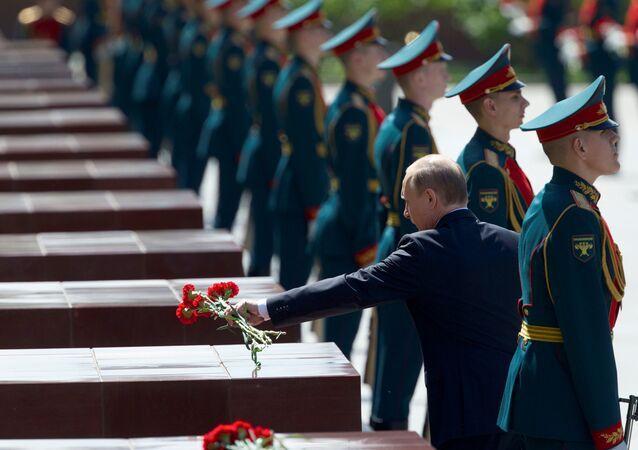 Moscou, 22 de junho de 201: Vladimir Putin, presidente da Rússia, deposita flores em memorial da Segunda Guerra 75 anos depois do início da ofensiva nazista contra a URSS e início da Grande Guerra Patriótica