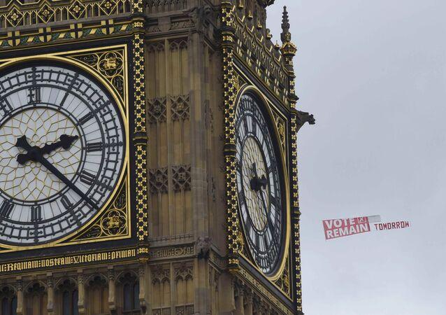 A perspectiva do Brexit gera receios, além de entusiasmo: nesta foto de 22 de junho de 2016, um cartaz apelando a Votar pela Permanência Amanhã é mostrado perto do Big Ben por um avião