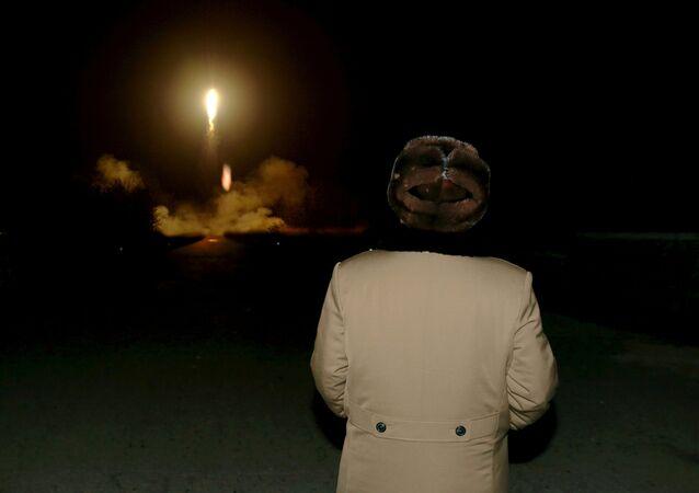 Kim Jong-un observa o lançamento de um míssil balístico