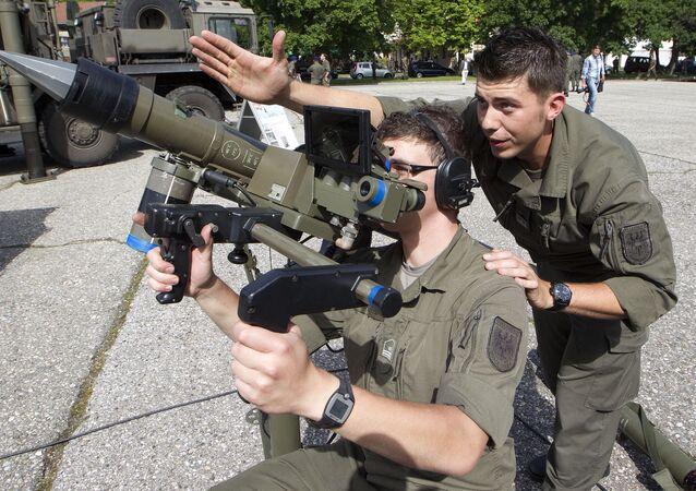 Dois soldados da Áustria  com míssil balístico Mistral