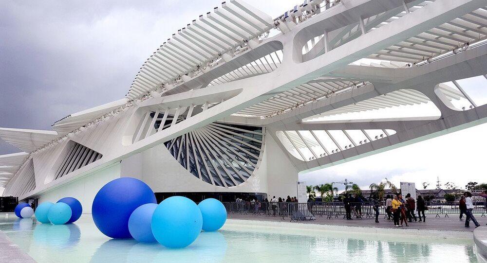 A instalação 'Ah, Molécula', da artista carioca Suzana Queiroga na frente do Museu do Amanhã