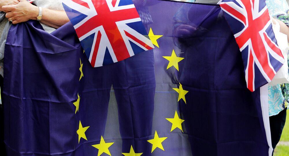 Bandeiras da Grã-Bretanha e da União Europeia