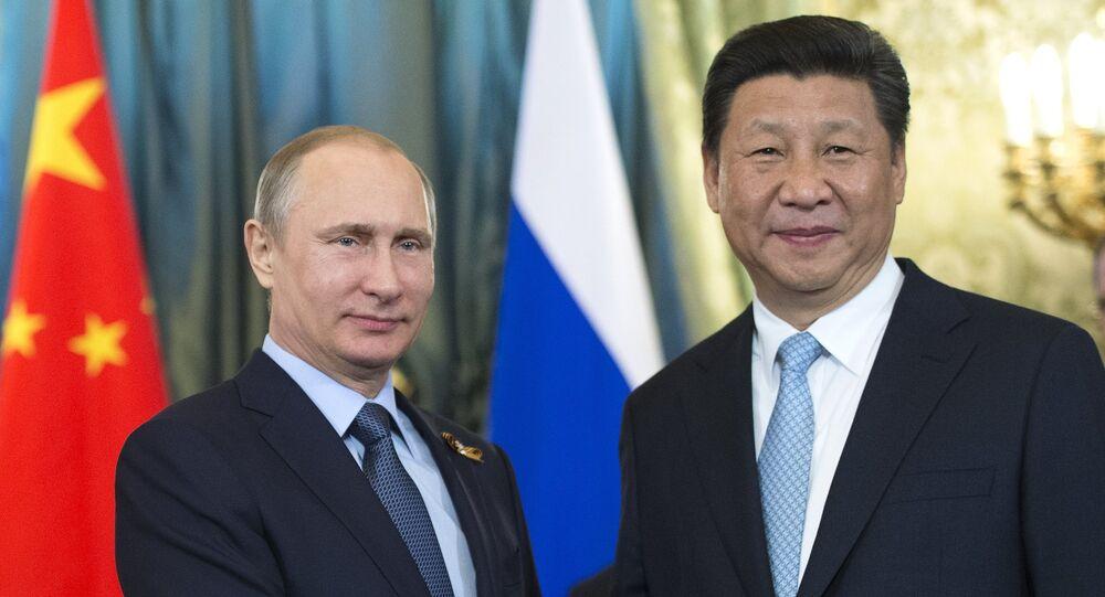 Presidente russo Vladimir Putin e o presidente chinês Xi Jinping durante o encontro bilateral em Kremlin, Moscou (foto de arquivo)