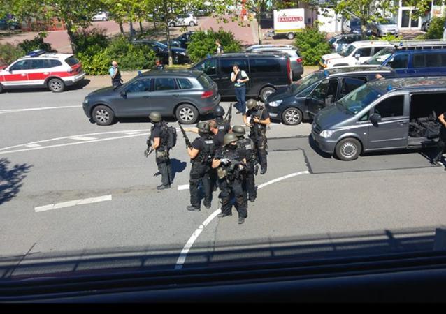 Polícia ataca agressor no local do crime em Vierheim, Alemanha