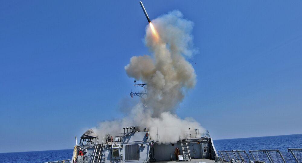 Míssil de cruzeiro Tomahawk lançado do destróier USS Barry (DDG 52)