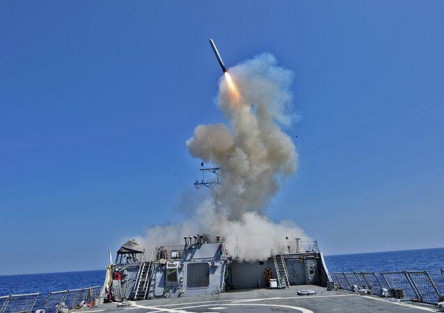 Míssil de cruzeiro Tomahawk lançado do destróier USS Barry (DDG 52) (foto de arquivo)