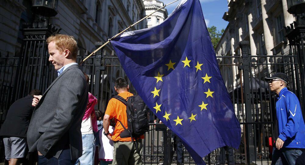 Homem carrega uma bandeira da União Europeia depois do referendo britânico, Londres. Reino Unido, 24 de junho de 2016
