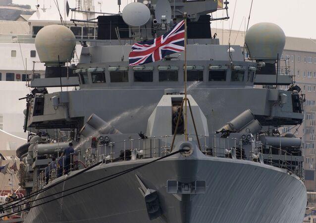 O navio britânico HMS Westminster se desloca pelo porto de Gibraltar