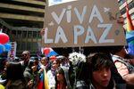 Celebração do acordo histórico de cessar-fogo entre FARC e governo colombiano nas ruas de Bogotá