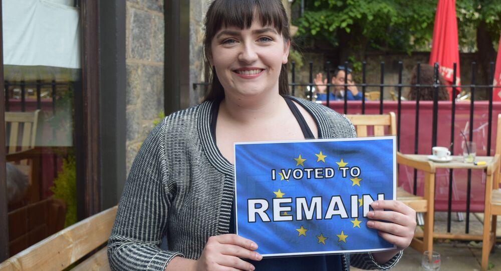 Mulher escocesa segura cartaz de apoio à permanência da Grã-Bretanha na UE