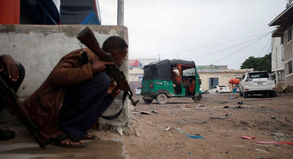 Soldados do governo da Somália após explosão perto de um hotel em Mogadíscio
