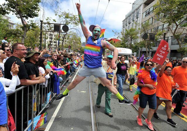Benj Curtis salta de alegria durante a parada anual do orgulho gay em San Francisco, Califórnia, em 28 de junho de 2015, dois dias depois de o Supremo Tribunal os EUA marcar decisão de legalizar o casamento homossexual em todo o país.