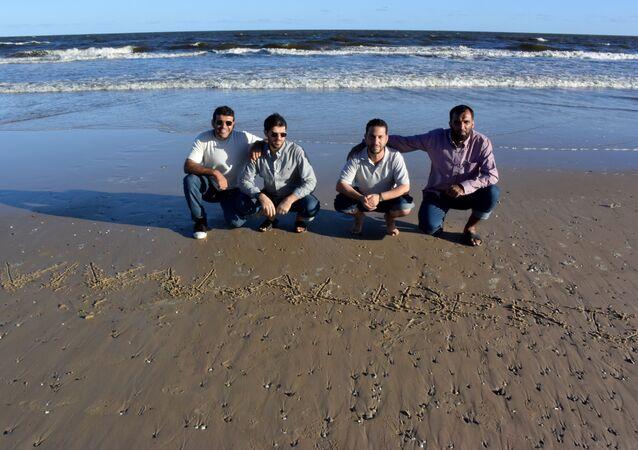 Ex-presos de Guantánamo Ali Hussain Shaabaan, Abdul Bin Mohamed Abis Ourgy, Omar Mahmoud Faraj e Mohamed Tahanmatan em uma praia no Uruguai em dezembro de 2014