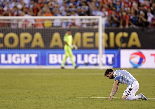 Lionel Messi apos a derrota de pênaltis para o Chile no final da Copa América de 2016