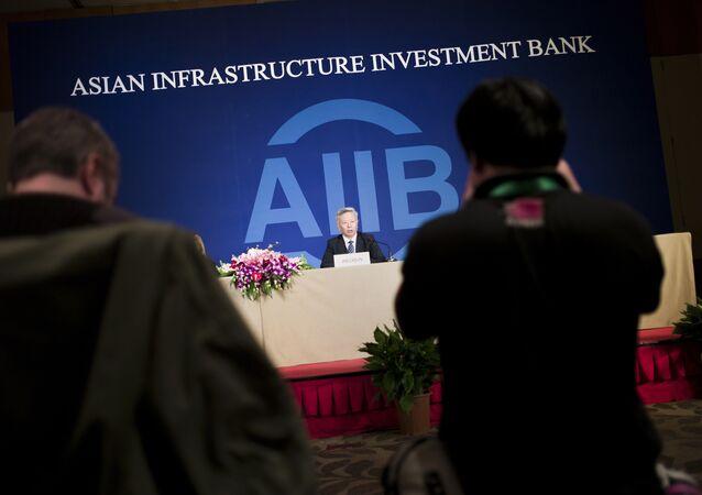Jin Liqun, presidente do Banco Asiático de Investimento em Infraestrutura, fala com jornalistas em Pequim em 17 de janeiro, 2016