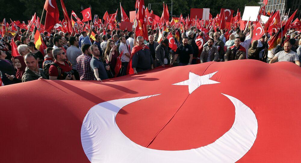 Participantes de protestos com a bandeira turca no centro de Berlim, Alemanha, 1 de junho de 2016 (foto de arquivo)