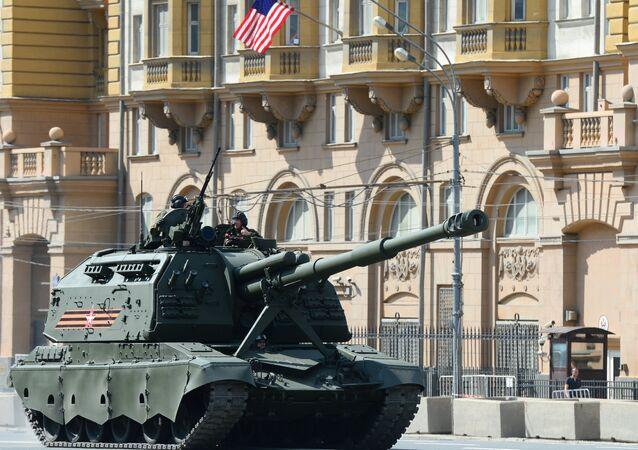 Veículo de artilharia autopropulsada Msta-S durante o ensaio final da Parada da Vitória em frente da embaixada norte-americana em Moscou, Rússia, maio de 2016