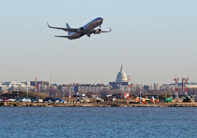 Uma aeronave da American Airlines decola do aeroporto nacional Reagan, em Washington