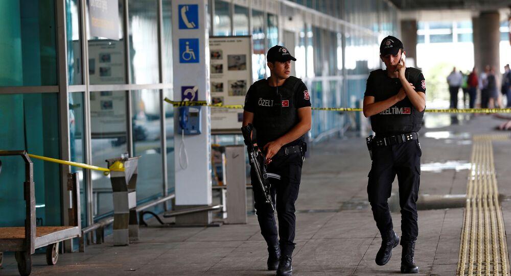 Os policiais turcos no aeroporto Ataturk, em Istambul