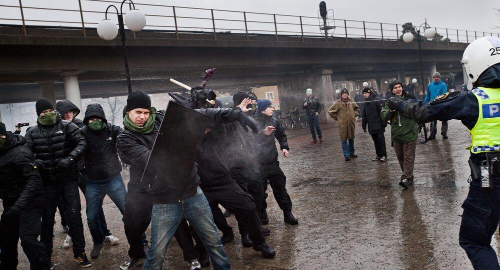 Polícia tenta impedir extremistas de direita de atacar manifestantes antinazistas no subúrbio de Karrtorp, em Estocolmo, em 15 de dezembro de 2013