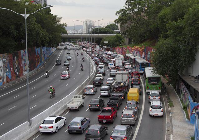 Trânsito complicado na Avenida 23 de maio, em São Paulo