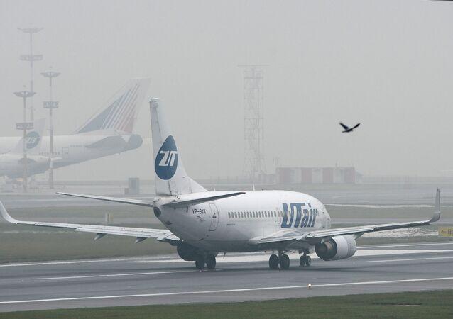 Boeing-737 da companhia Utair no aeroporto de Vnukovo em Moscou