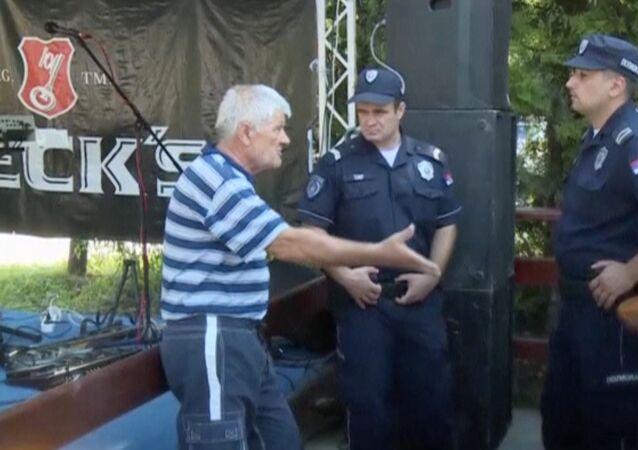 Homem fala com policiais depois do tiroteio em Zitiste, 2 de julho 2016
