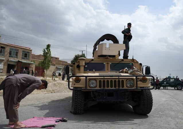 Um funcionário do serviço de segurança afegão reza em um subúrbio de Cabul após ataque do Talibã contra cadetes recém-graduados, em 30 de junho de 2016
