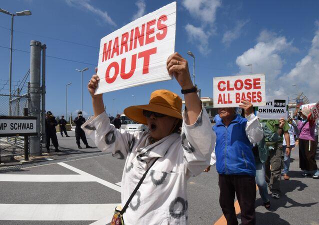 Protesto de habitantes de Okinawa em frente a uma base militar em Nago, Japão, em junho de 2016