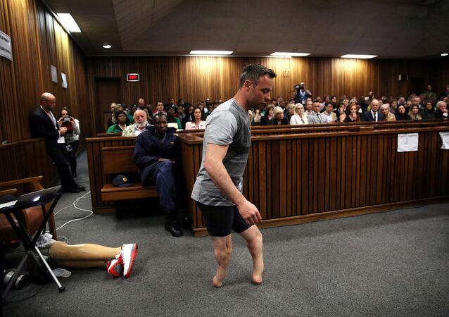 Paraolímpico Oscar Pistorius na sua condenação pela morte de sua namorada Reeva Steenkamp na Alta Corte em Pretória, em 15 de junho, 2016