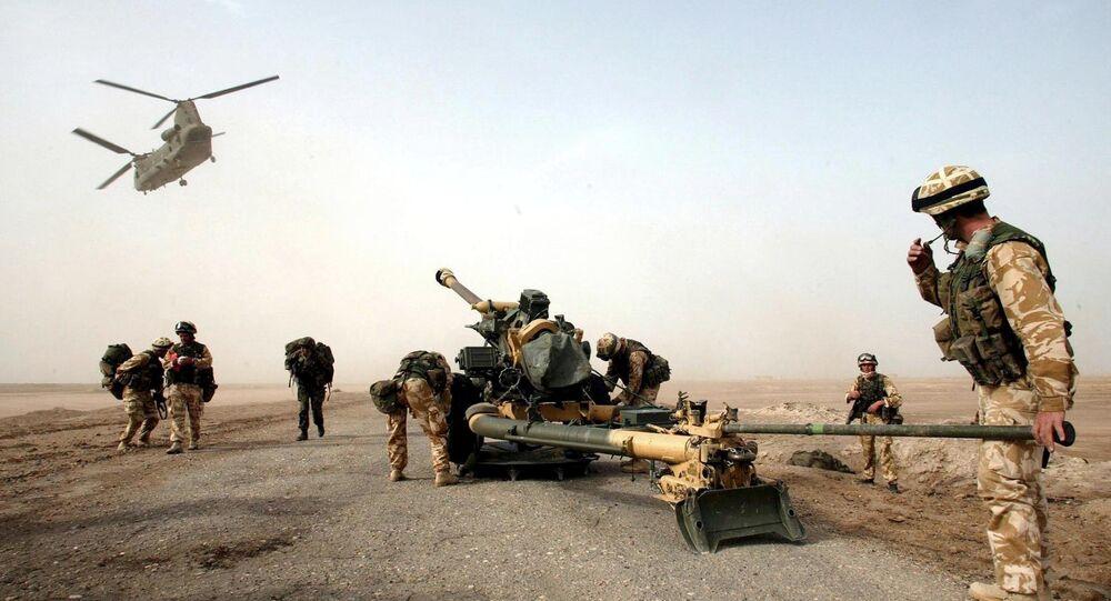 Soldados da artilharia britânica recebem um canhão lançado do helicóptero, península Fao, sul do Iraque, março de 2003