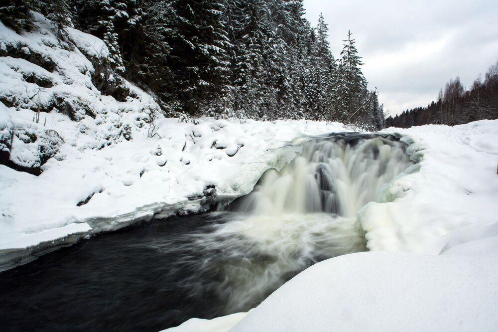 Cachoeira Kivach no rio Suna na Reserva natural de Kivach, na Carélia.