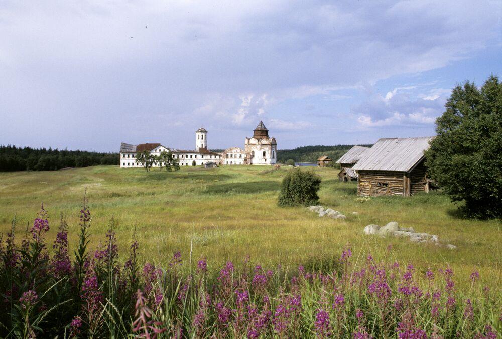 Convento da Santíssima Trindade na ilha de Anzer, arquipélago de Solovki.
