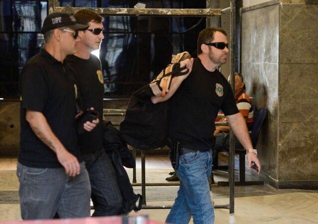 Polícia Federal chega com malotes da Operação Pripyat na sede da polícia no Rio