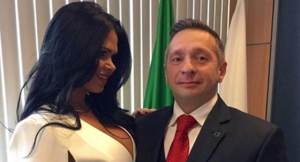 Antigo ministro do Turismo Alessandro Teixeira e ex-Miss Bumbum 2013 Milena Santos