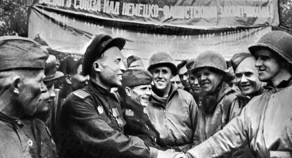 Encontro de tropas soviéticas com as tropas norte-americanas nas margens do rio Elba, Alemanha, abril de 1945
