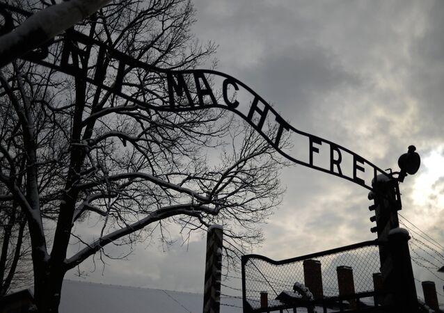 Entrada principal do antigo campo de Auschwitz-Birkenau
