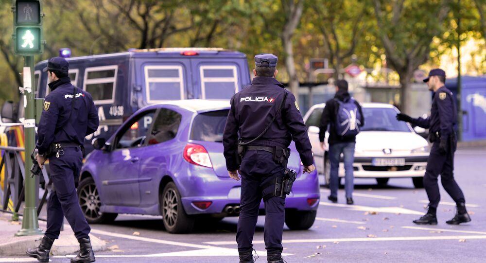 Polícia da Espanha em frente ao estádio Santiago Bernabeu