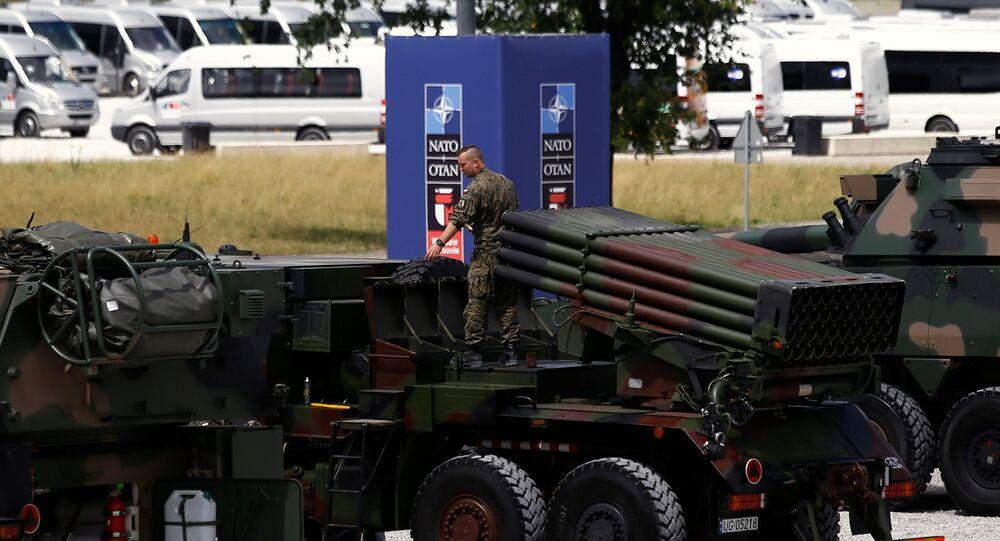 Soldados polonês preparam material bélico na véspera da cúpula da OTAN em Varsóvia, 2016