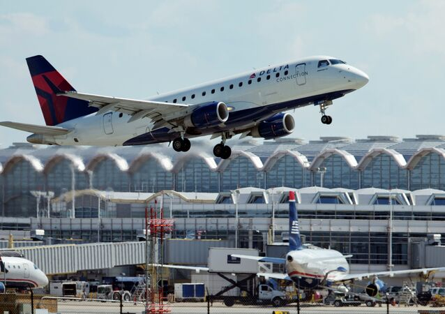 Uma aeronave Delta Airlines decola do Ronald Reagan Washington National Airport em Arlington, Virginia.