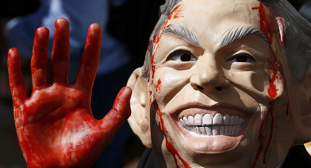 Um manifestante de máscara durante os protestos depois de publicação do relatório Chilcot
