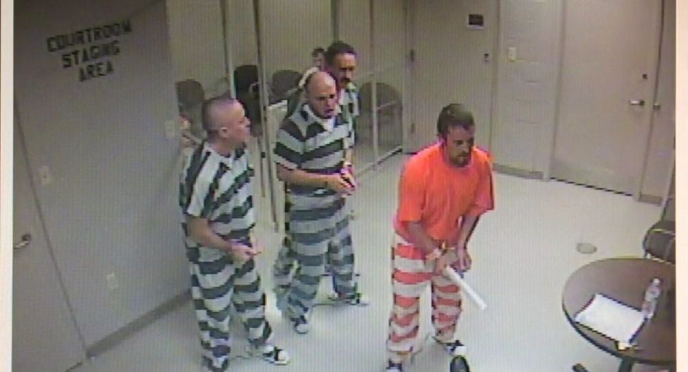 Grupo de presos escapa da cela para ajudar guarda