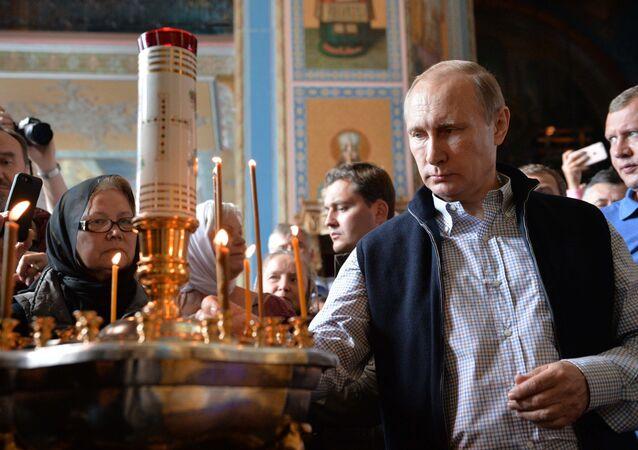 Presidente russo Vladimir Putin durante a liturgia na Catedral da Transfiguração do Salvador, ilha de Valaam, República de Carélia, Rússia, 11 de julho de 2016