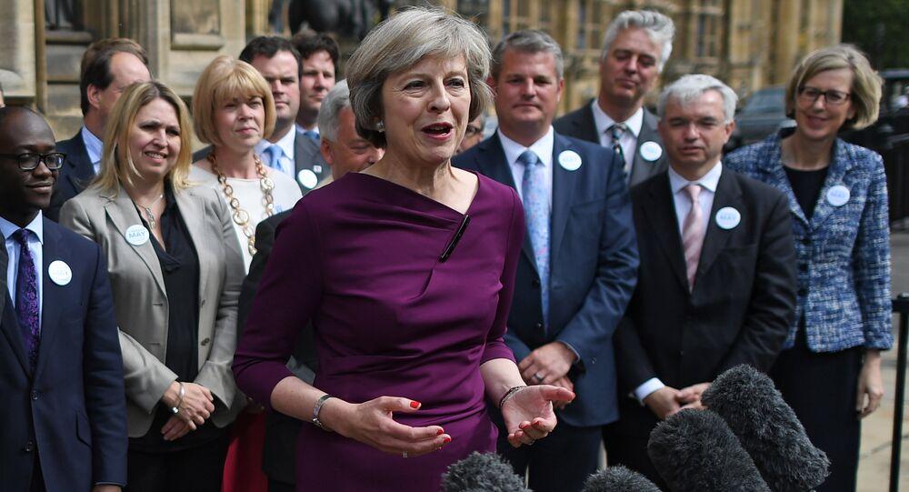 Ministra dos Assuntos Internos do Reino Unido Theresa May fala aos jornalistas perto de entrada ao Palácio de Westminster, Londres, Reino Unido, 7 de julho de 2016