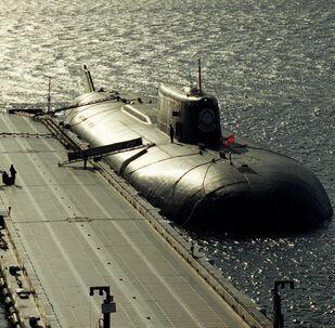 Dois submarinos nucleares russos perto de ponte-cais (foto de arquivo)